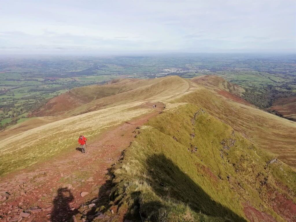 walking north along the cefn cwm llwch ridge